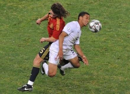 Charlie Davies nie zagra w piłkę przez wiele miesięcy /AFP