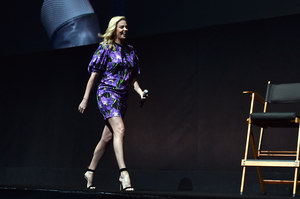 Charlize Theron pokazuje nogi