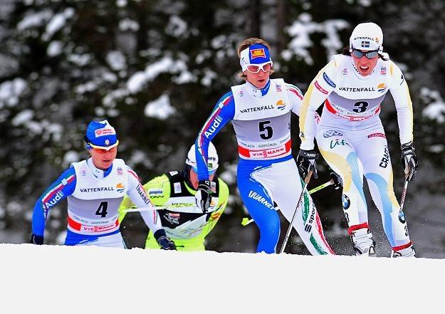 Charlotte Kalla (pierwsza z prawej) twierdzi, że może wygrać Tour de Ski /AFP