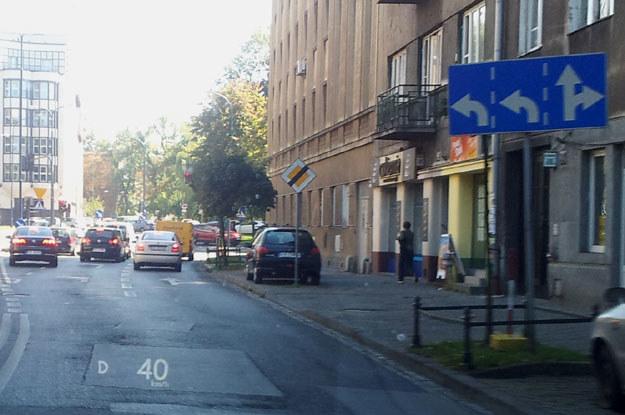 Chcąc skręcić w lewo, musisz zająć jeden z dwóch pasów wydzielonych do lewoskrętu z głównego pasa dukierunkowej ulicy /poboczem.pl