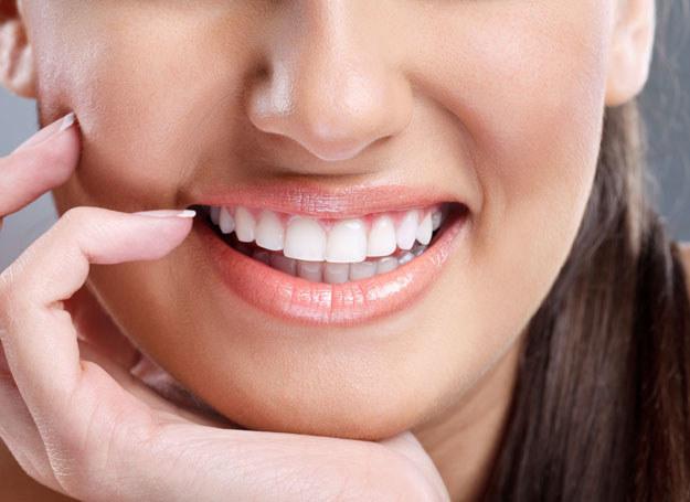 Chcesz mieć białe zęby? Samo mycie nie wystarczy /123RF/PICSEL