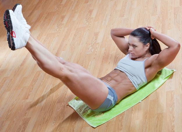 Chcesz mieć płaski brzuch? Musisz zacząć ćwiczyć! /123RF/PICSEL