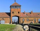 Chcieli wyryć swoje imiona na Bramie Śmierci w Auschwitz. Grozi im do 10 lat więzienia