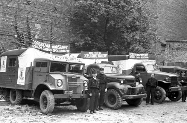 Chevrolet jako objazdowe kino (pierwszy z lewej) /