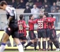 Chievo - AC Milan 0:1. Radość graczy Milanu po golu Crespo /AFP