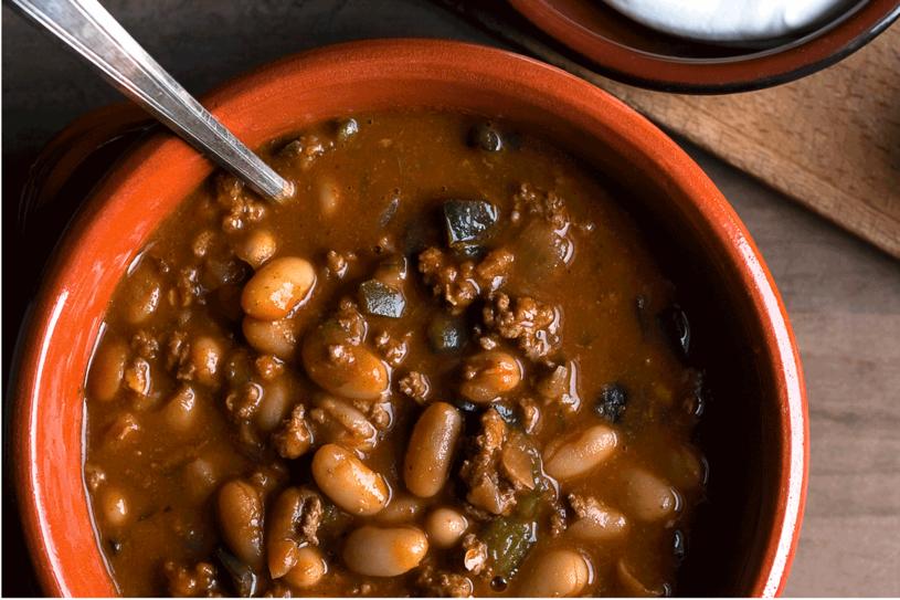 Chili z jagnięciną i białą fasolą /The New York Times Syndicate