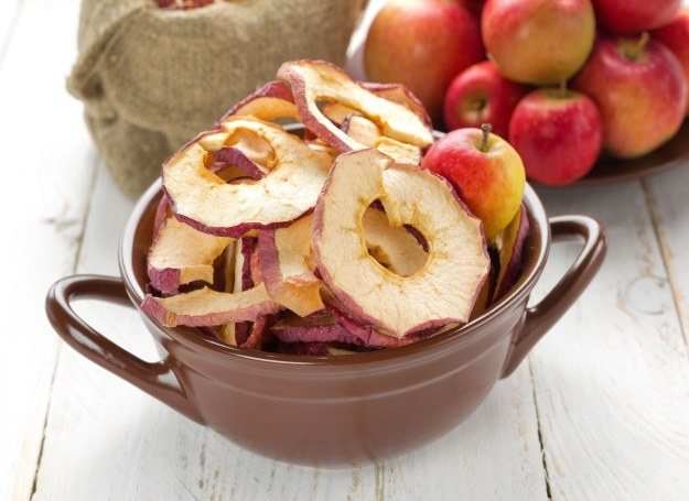 Chipsy z jabłka to pomysł n zdrową i smaczną przekąskę dla dziecka /123RF/PICSEL