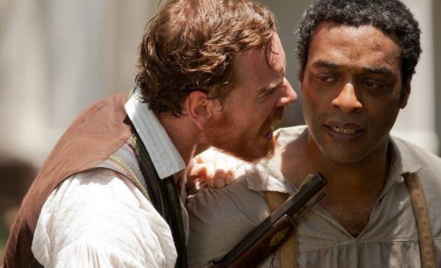 "Chiwetel Ejiofor i Michael Fassbender w filmie ""Zniewolony. 12 Years a Slave"" /materiały dystrybutora"