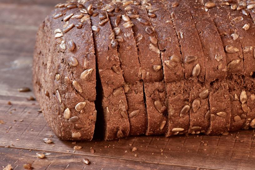 Chleb jest bogaty w witaminy - chodzi głównie o te z grupy B, foliany oraz witaminy E /©123RF/PICSEL