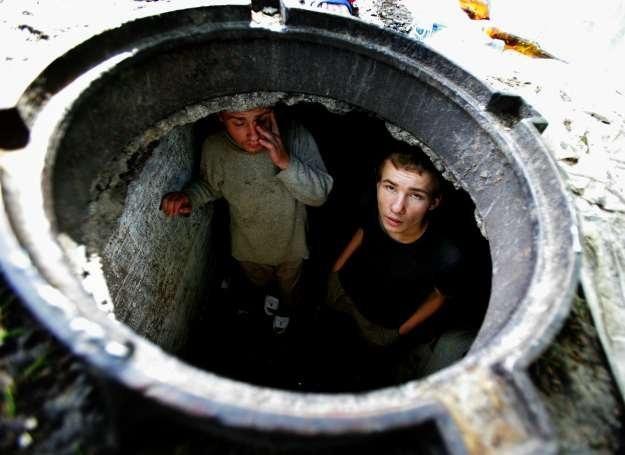 Chłopcy, którzy po ucieczce z domu zamieszkali na ulicy, Ukraina /Getty Images/Flash Press Media