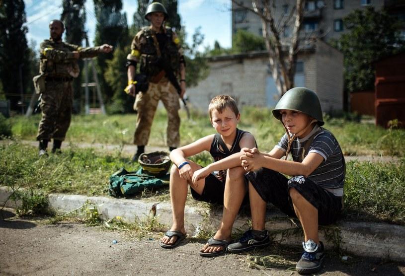 """Chłopcy w pobliżu stacjonowania ukraińskiego batalionu """"Donbas"""" /PAP/EPA"""