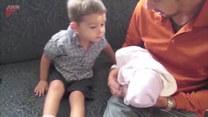 Chłopczyk widzi swojego brata po raz pierwszy