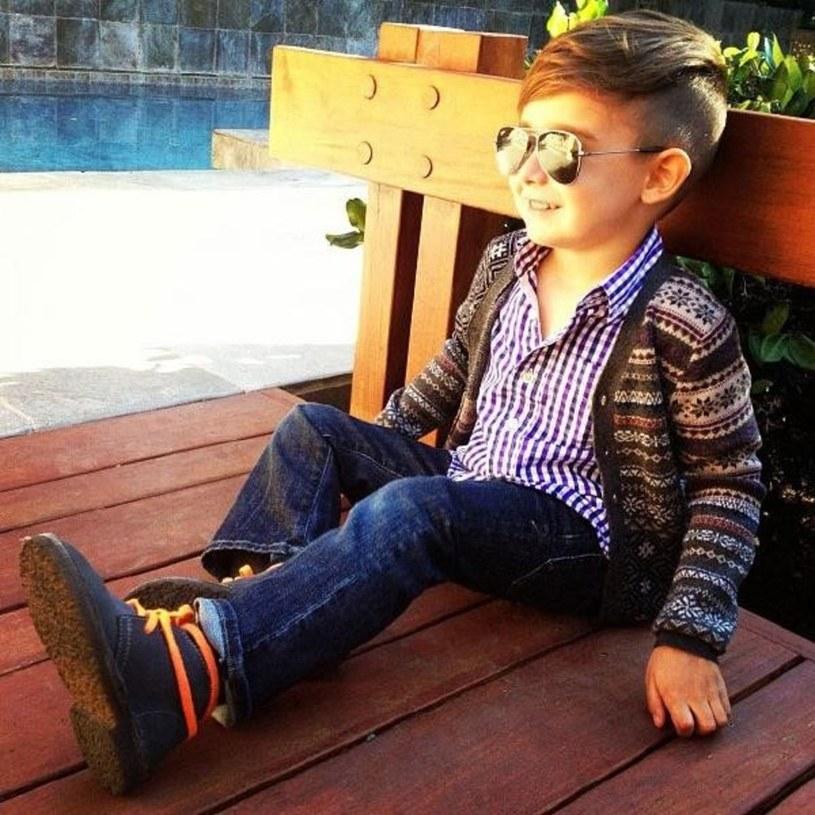 Chłopiec uwielbia nosić ciężkie buty i okulary słoneczne w stylu gwiazd Hollywood /East News