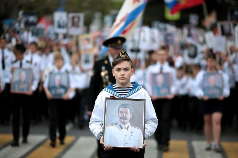 Chłopiec z portretem Józefa Stalina /AFP