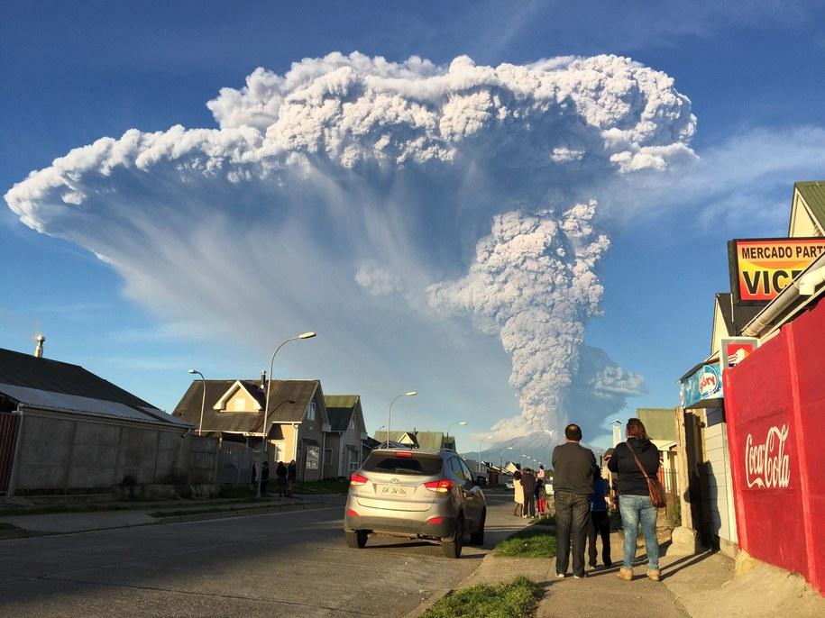 Chmura pyłów nad miastem /ALEX VIDAL BRECAS /PAP/EPA