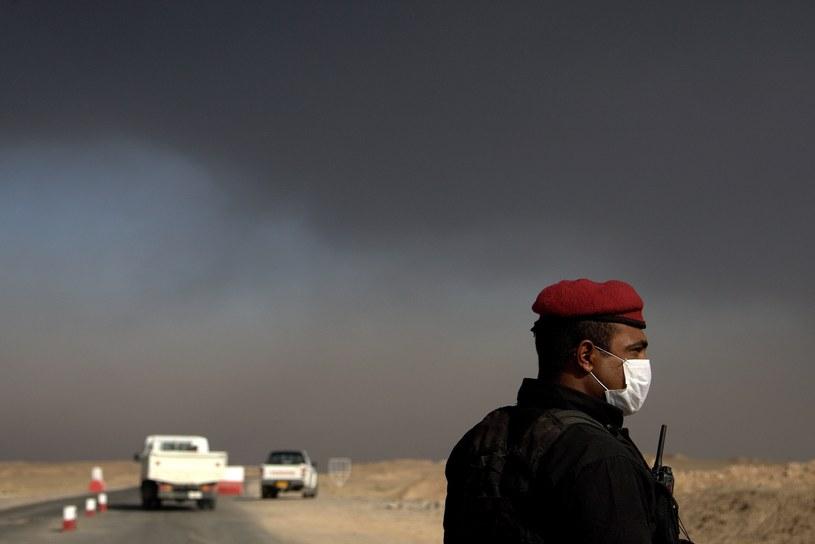 Chmura toksycznych oparów unosi się nad Mosulem /East News