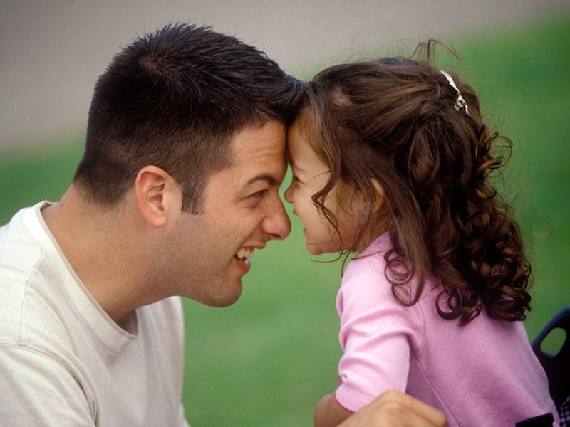Choć każdy rodzic kocha swoją pociechę, to jednak w inny sposób okazuje to uczucie  /ThetaXstock