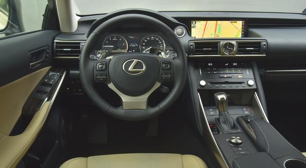 Choć obsługa podstawowych funkcji nie jest trudna, kierowcę przytłacza nadmiar nieco przypadkowo rozmieszczonych przycisków. Świetna jakość i dotykowa regulacja temperatury w kabinie. /Motor