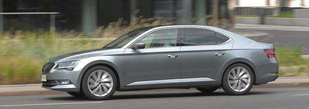 Choć Superb nadal jest liftbackiem, teraz linia tego modelu przypomina klasycznego sedana. /Motor