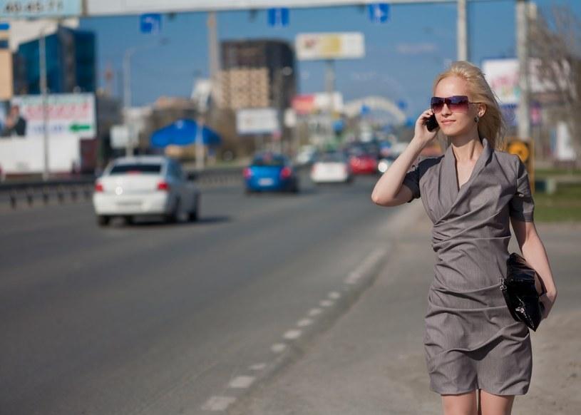Chodzenie z jednoczesnym używaniem telefonu, a raczej wpadanie na innych, jest irytujące i może być niebezpieczne. Prawo spróbuje rozwiązać tę kwestię? /©123RF/PICSEL