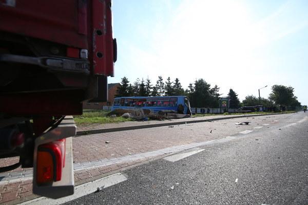 Według wstępnych ustaleń, do wypadku doszło, gdy ciężarówka najechała na tył wjeżdżającego na przystanek autobusu