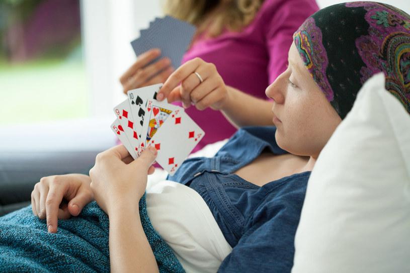 Chora na raka dziewczyna gra w karty na szpitalnym łóżku fot. Kasia Białasiewicz /123RF/PICSEL