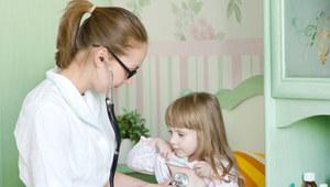 Choremu maluszkowi trzeba zapewnić komfort i spokój, by mógł zwalczyć infekcję. /©123RF/PICSEL