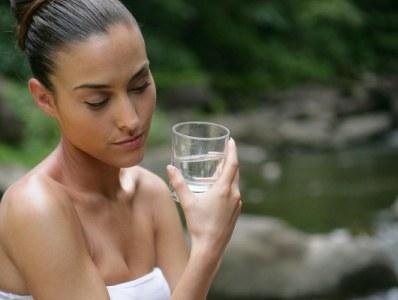Chorobom układu moczowego sprzyja m.in. zbyt mała ilość wypijanej wody  /© Panthermedia
