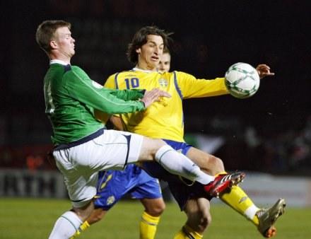 Chris Brunt (z lewej) nie zagra w meczu z Polską /AFP
