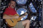 Chris Hadfield. Kosmos w 140 znakach