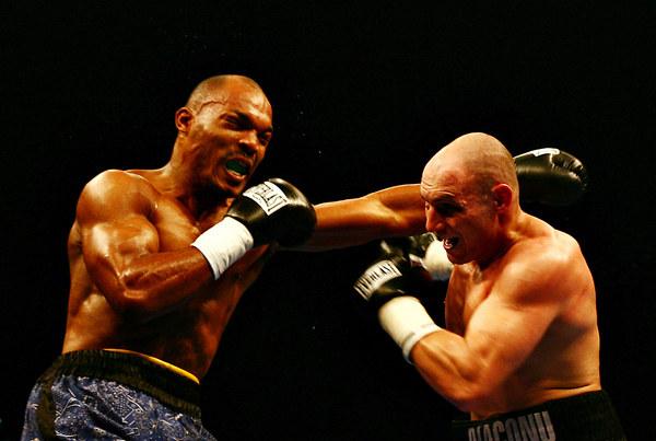 Chris Henry (z lewej) w walce z Adrianem Diaconu /AFP