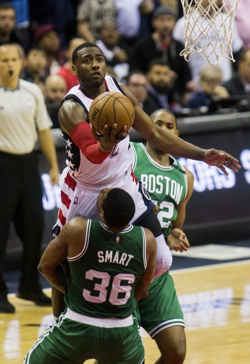 Chris McCullough (przy piłce) z Washington Wizards atakuje kosz Boston Celtics. /PAP/EPA