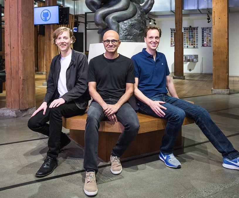Chris Wanstrath (szef i współzałożyciel GitHuba, z lewej), Satya Nadella (CEO Microsoftu) i Nat Friedman z Microsoftu /materiały prasowe