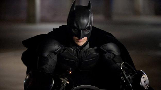"""Christian Bale w scenie z filmu """"Mroczny Rycerz powstaje"""" /materiały dystrybutora"""