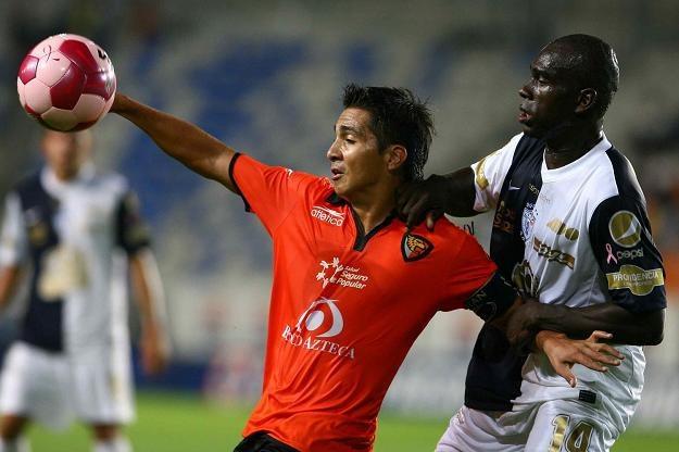 Christian Valdez (z lewej) z Jaguares /AFP