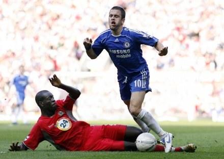 Christopher Samba wślizgiem wybija piłkę Joe'mu Cole'owi /AFP