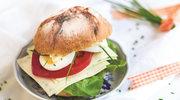 Chrupiąca bułka z serem, jajkiem na twardo i warzywami