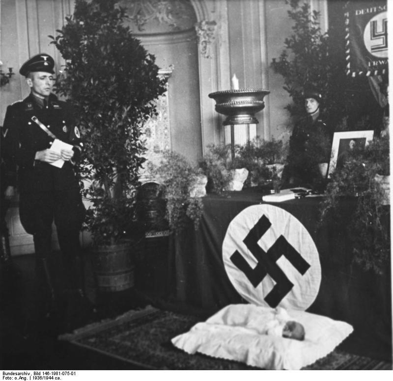Chrzest w organizacji Lebensborn /Wikimedia Commons /