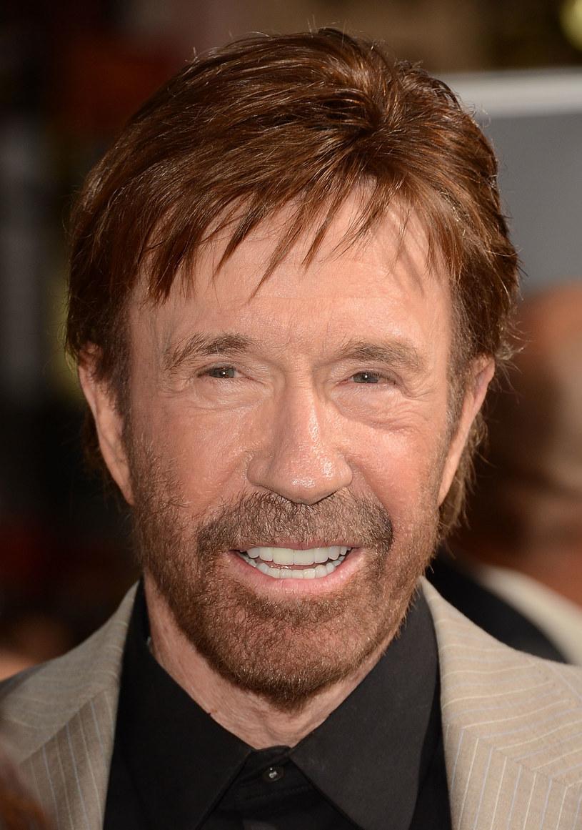 """Chuck Norris niewiele się zmienił od czasów zakończenia zdjęć do """"Strażnika Teksasu"""". /Jason Merritt /Getty Images"""