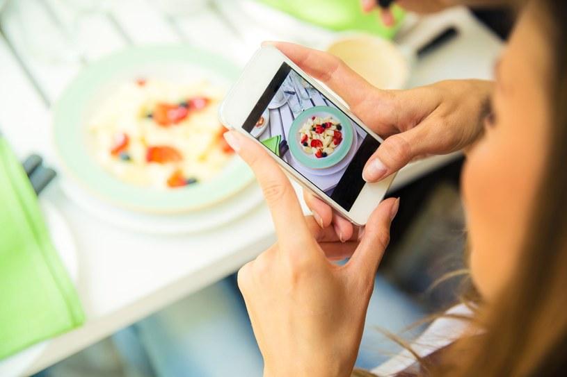"""Ciągłe publikowanie zdjęć jedzenia tzw. """"instafood"""" jest niezgodne z zasadami savoir-vivre /123RF/PICSEL"""