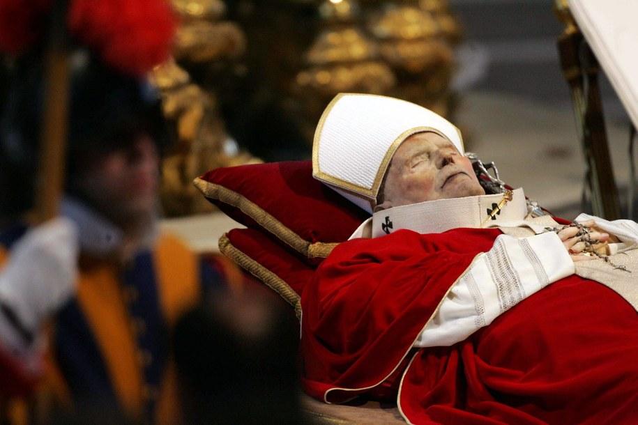 Ciało papieża Jana Pawła II na katafalku w Bazylice św. Piotra w Watykanie /Bartłomiej Zborowski /PAP