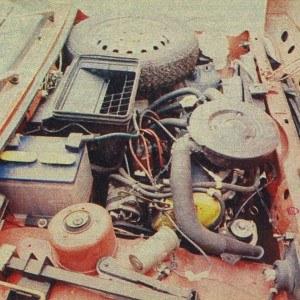 Ciasno upakowana komora silnika. Tutaj też mieści się kolo zapasowe oraz lewarek. Na pierwszym planie tabliczka znamionowa, z której dowiadujemy się, że producentem samochodu jest... Polmozbyt Lublin. /Motor