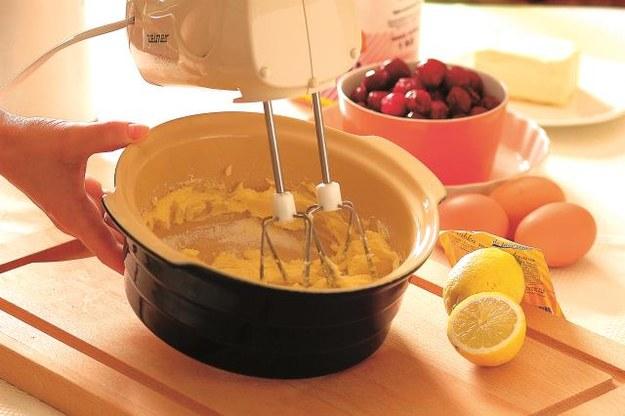 Ciasto będzie mniej ka loryczne, gdy 1/3 masła zastąpimy chudym mielonym twarogiem. /Arch. Bauer