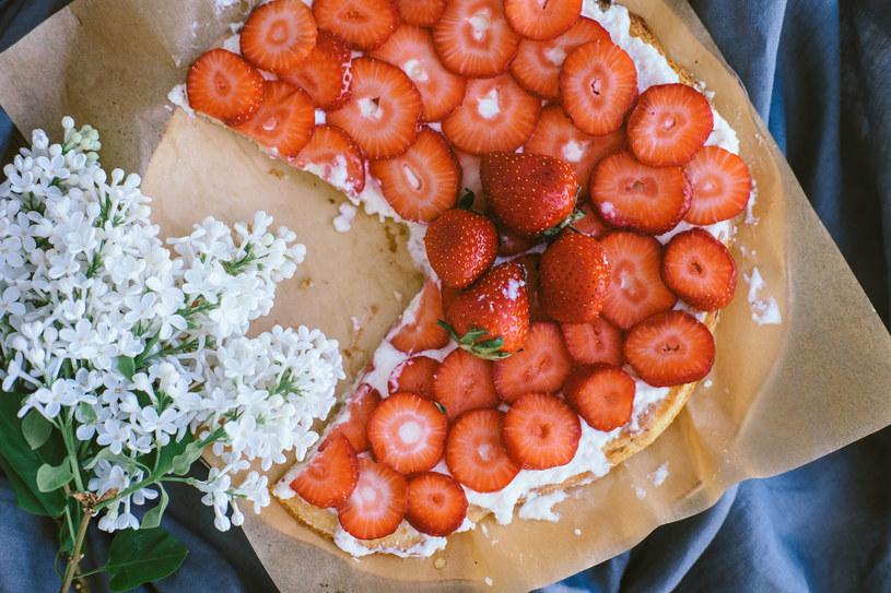 Ciasto biszkoptowe z truskawkami /123RF/PICSEL