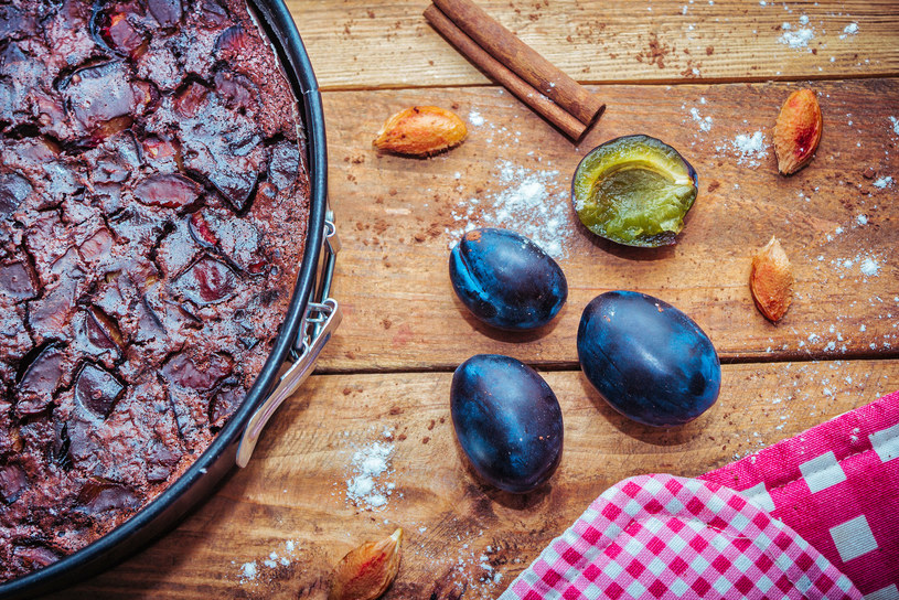 Ciasto czekoladowe ze śliwkami /123RF/PICSEL