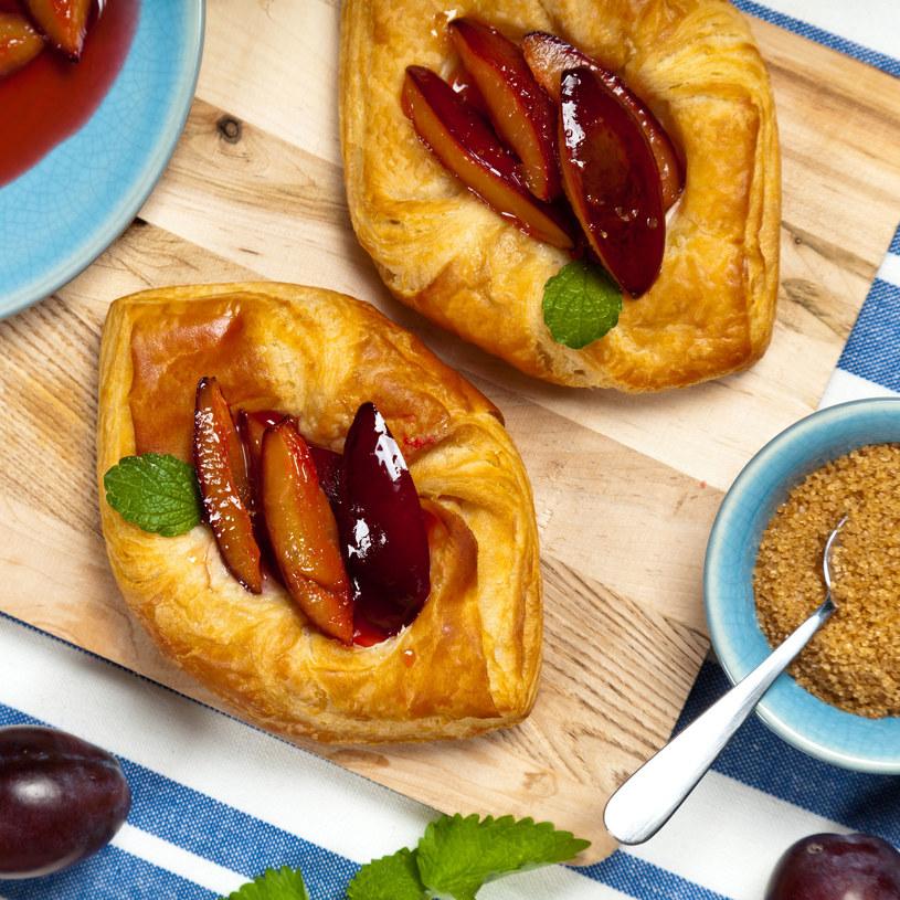 Ciasto francuskie ze śliwkami /©123RF/PICSEL