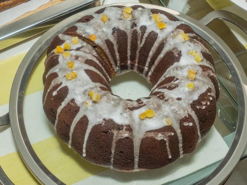 Ciasto można udekorować również samym lukrem, albo polewą czekoladową /123RF/PICSEL