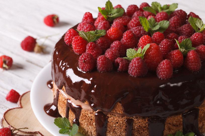 Ciasto z malinami w czekoladzie /123/RF PICSEL