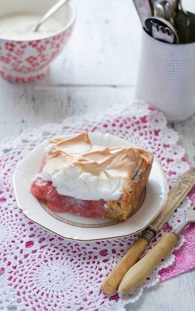 Ciasto z rabarbarem - szybki i prosty wiosenny deser/ fot. Shutterstock.com /Styl.pl
