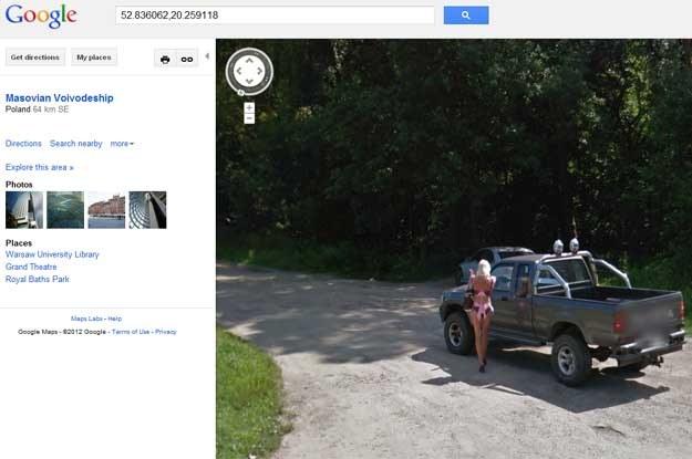 Ciekawe, jak nasz nieszczęśnik wytłumaczy przed szanowną małżonką swoje zainteresowanie długonogą, skąpo odzianą blondynką? /google.maps /